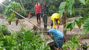 "bimcmedia.com, Benermeriah: Tingginya itensitas hujan kawasan Benermeriah Provinsi Aceh mengakibatkan banjir bandang yang Pada hari Jumat, 19 Juni 2020 pukul 15.00 WIB di Desa / Lokasi Batin Baru Kecamatan Bandar. Petugas piket BPBA Teuku Zopan Mustika menyampaikan bahwa, ""Tingginya intensitas hujan menyebabkan banjir bandang sehingga Jalan Eks KKA penghubung Aceh Utara dan Bener Meriah lumpuh total, tidak dapat dilalui kendaraan roda dua maupun roda empat"" bimcmedia.com,, jumat (19/06/2020). Upaya yang dilakukan oleh Dua (2) unit mobil damkar turun ke lapangan dari Posdam 01 Pondok Baru, Pembersihan tumpukan material yang menutupi badan jalan, Penyemprotan badan jalan, Pendataan oleh TRC. ""hasil amatan saat ini dari dampak banjir Air mulai surut. Jalan sudah dapat dilalui kembali"" ucapnya. (Redaksi / DF )"