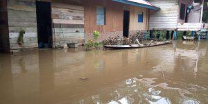 bimcmedia.com,Aceh Timur : Banjir dan Longsor yang melanda kawasan Aceh Timur Provinsi Aceh akibat dari tingginya itensitas hujan yang menguyur kawasan Aceh Timur dan sekitarnya. Pusat data dan Informasi  Badan Penanggulangan Bencana Aceh mencatat, terjadi banjir dan Tanah longsor di dua kecamatan di Aceh Timur, di antaranya Kecamatan Serbajadi -Gp. Sekualan - Gp.Lelis sedangkan di Kecamatan Pante Bidari ada tiga desa yaitu, - Gp. Sijudom - Gp. Blang Seunong - Gp. Pante Labu  dan di Kecamatan Simpang Ulim hanya satu desa Gp. Teupin Breuh. Pusdalops PB BPBD Kabupaten Aceh Timur melaui petugas piket Yudika Selvi menyebutkan abrasi dinding sunga  sekitar 30 meter  gampong Sekualan Kec. Serbajadi, Longsor dinding jalan lintas atim dan galus di Gampong  Lelis kec serbajadi sekitar 50   meter.  Pihak  BPBD Aceh Timur terus melakukan pemantauan terkait  kondisi  banjir  yang melanda kawasan Aceh Timur dan sekitarnya . (Redaksi/ DF )