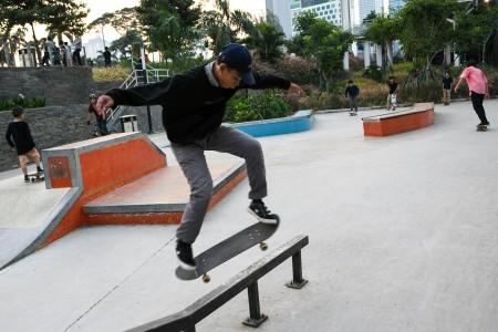 Sejumlah pemuda bermain skateboard di kawasan Sudirman, Jakarta, Minggu (14/6/2020). Meski dalam masa Pembatasan Sosial Berskala Besar (PSBB) transisi, skatepark tetap ramai pengunjung. ANTARA FOTO/M Risyal Hidayat/aww.