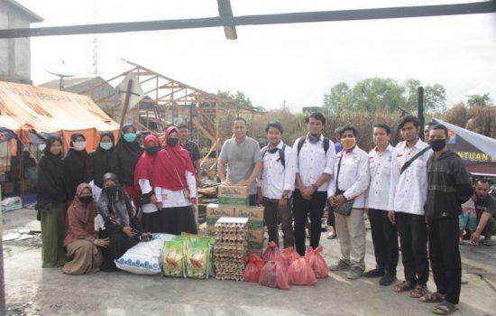 KAMMI daerah Aceh Barat menyerahkan bantuan berupa sembako, pakaian layak pakai, dan santunan berupa uang tunai.