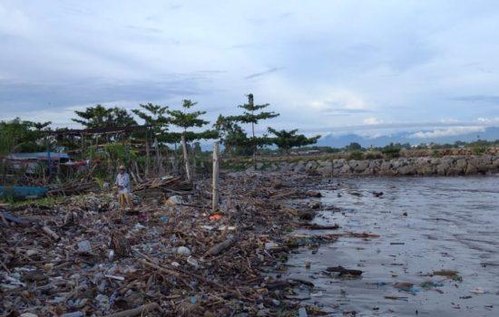 Aneka Sampah Kotori Pantai Kota Meulaboh