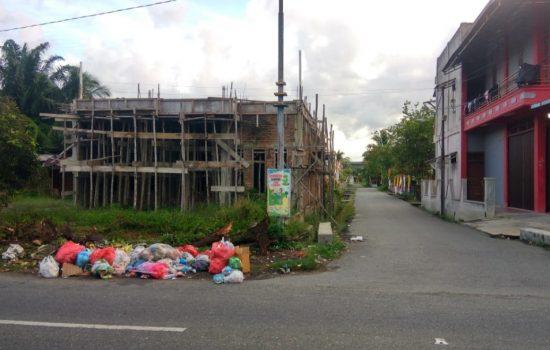 Tumpukan Sampah di Simpang Jalan Kantor KIP Aceh Barat