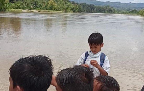 Gunakan Sampan, Siswa MIN Baroh Paya Baro Aceh Barat Sebrangi Sungai Menuju Sekolah