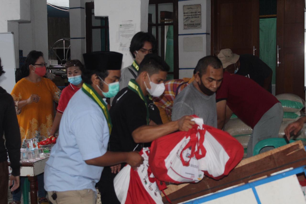 Pimpinan Cabang Serikat Mahasiswa Muslimin Indonesia (SEMMI) Jakarta Selatan memberikan bantuan kepada korban kebakaran senin, 30 November pukul 16.00 WIB di Batu Raya Kec. Setia Budi, Jakarta Selatan.